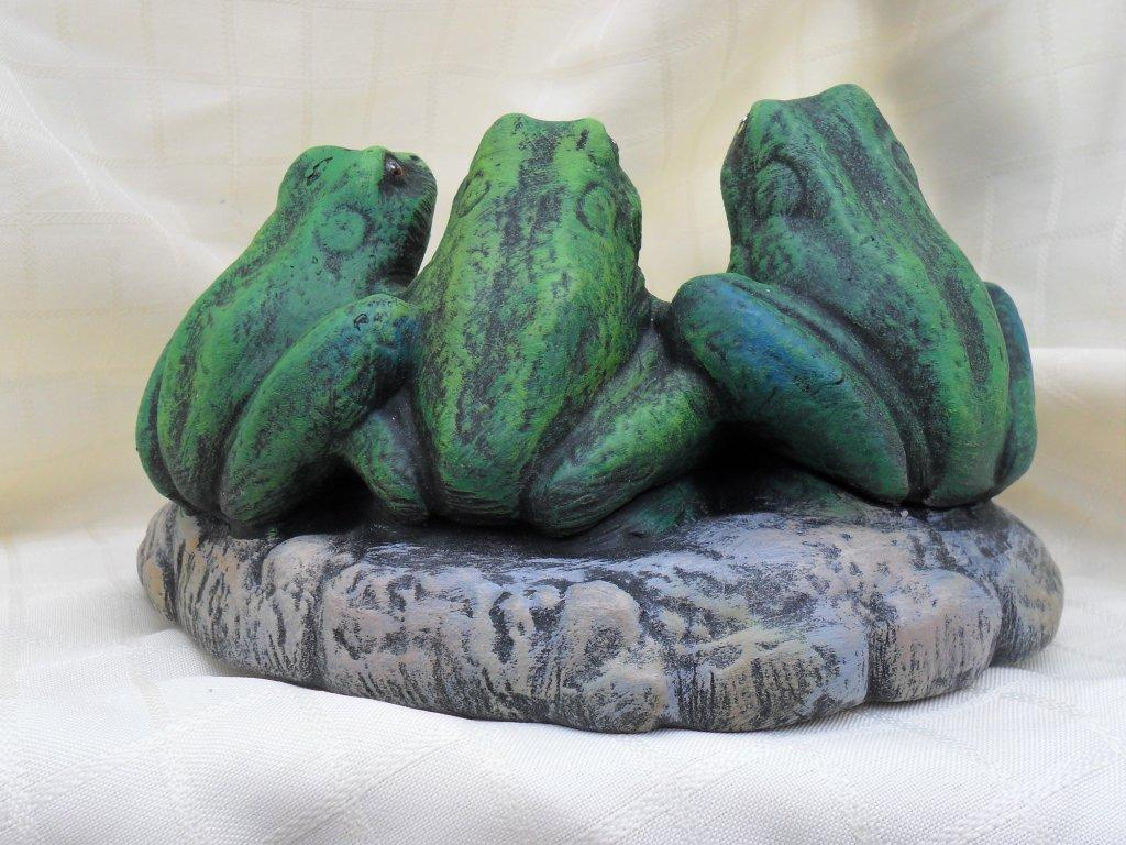 Ceramic painted three frogs on a pond
